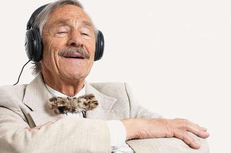 anciano-escucha-musica