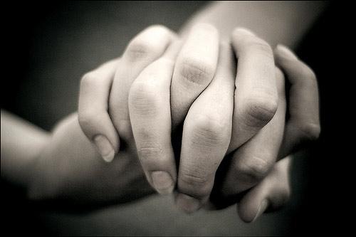enamorados-agarrando-las-manos