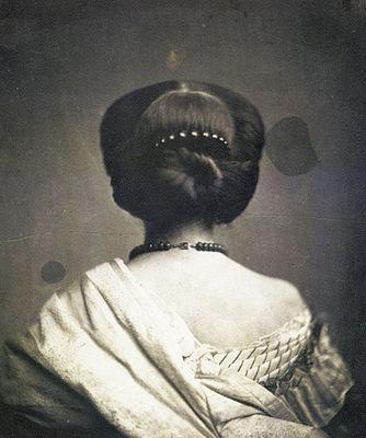 onesipe-aguado-woman-seen-from-back