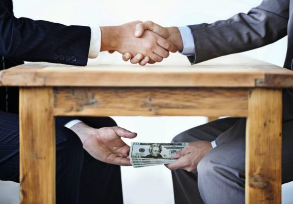 dinero-bajo-la-mesa