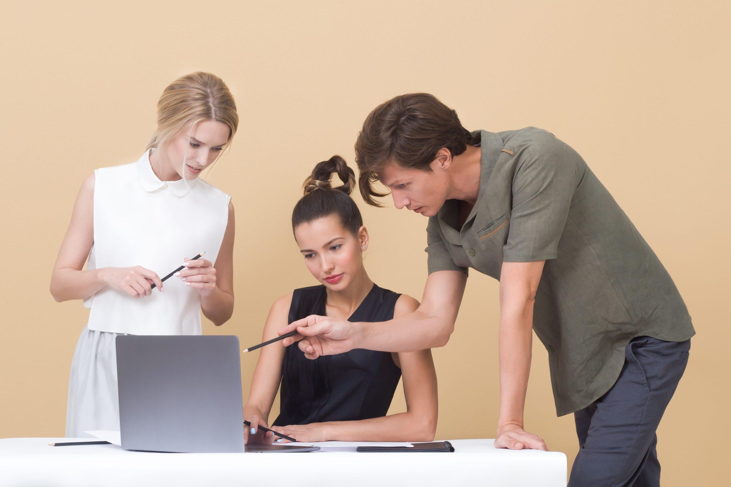 Jóvenes con computadora