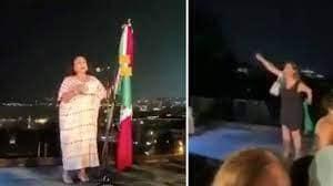 Izquierda-derecha: 211 Aniversario del Grito de Independencia por Isabel Arvide Limón, Cónsul de México en Estambul (Turquía). Dama invitada se enfrenta a la Cónsul.